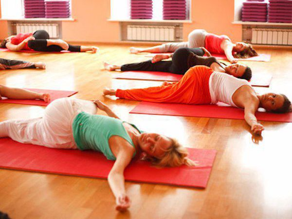 cours collectif de yoga posture de torsion makara asana