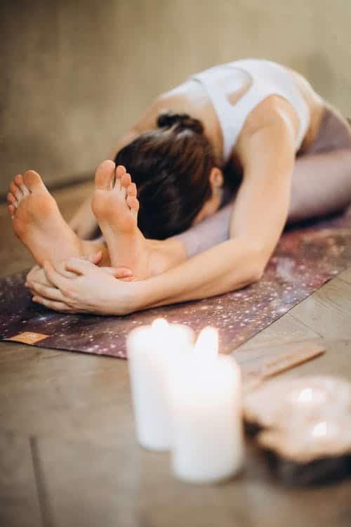 femme en posture de yoga paschimottanasana