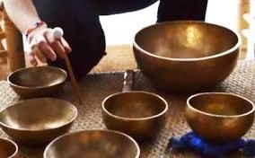 Plusieurs bols tibétains thérapeutiques pour massage sonore