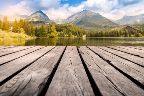 ponton de bois idéal pour pratiquer le yoga avec paysage de montagne