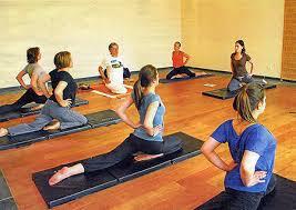stage de hatha yoga avec plusieurs élèves pratiquants