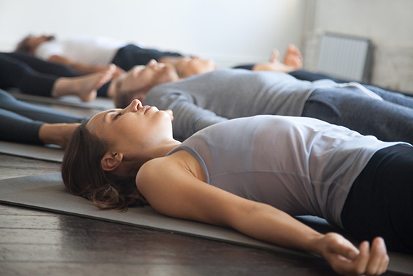 cours collectif de yoga relaxation finale